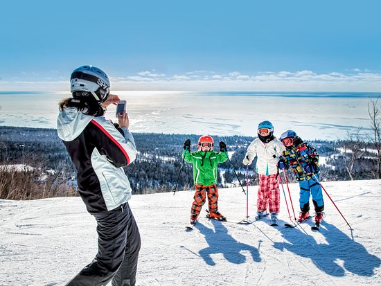Family skiing at Lutsen