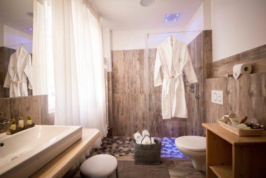 Un bagno moderno, completo di doccia, lavabo, wc e bidet ...