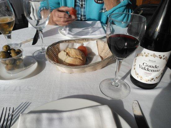 La Fonda del Port Olimpic: wine and bread