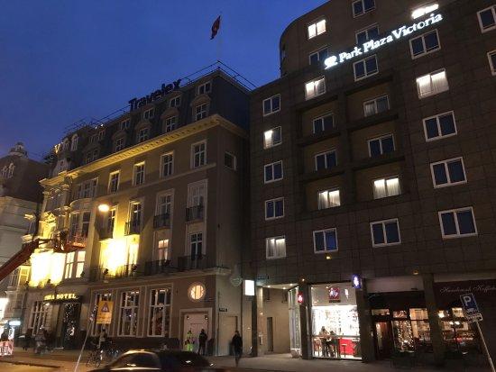the hotel front on prins hendrikkade - photo de park plaza victoria