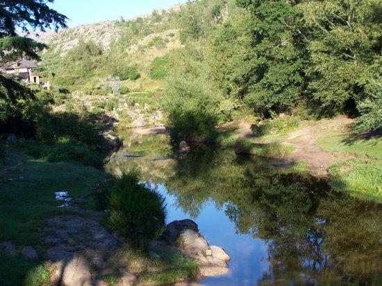 Penon del Aguila: Una buena vista del rio, que atraviesa el pueblo