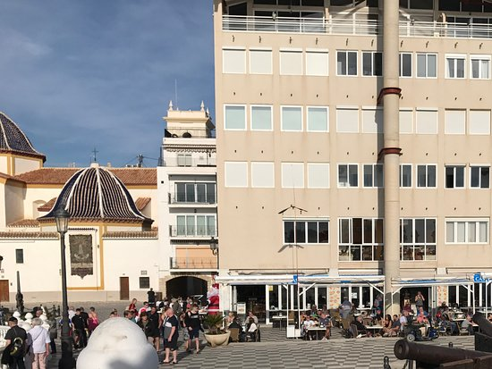 Placa del Castell: Cafes in Plaza