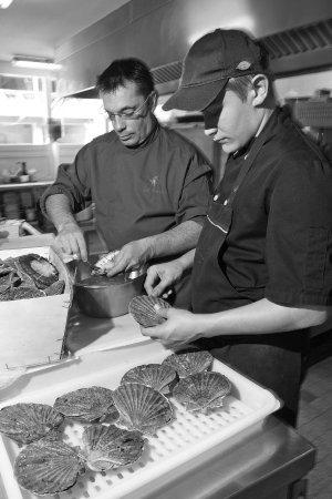 Restaurant des Alpes: Préparation des St Jaques