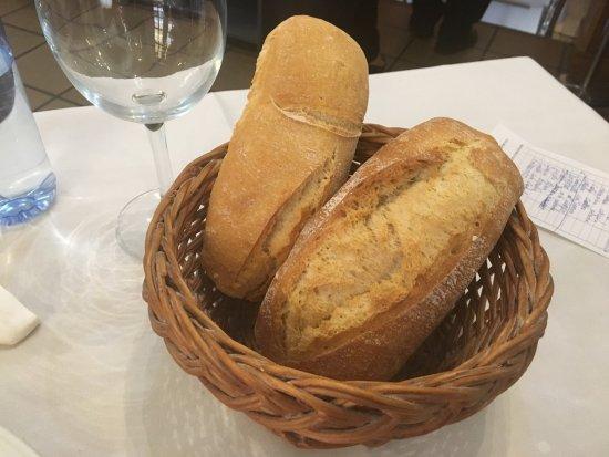 Bar Restaurante O'Muino: Ración de pan, incluido en el menú