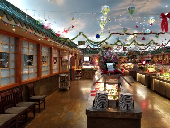 Mandarin Restaurant: Pictures of the buffet all dressed up for the holidays.