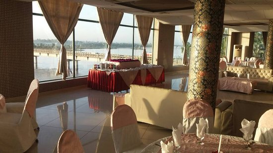 Tulip Riverside Hotel: Restaurant View