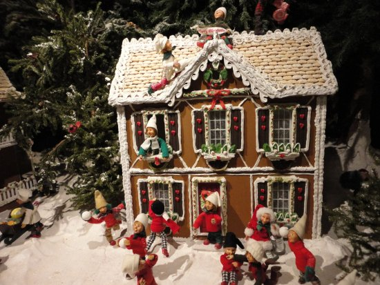 Byers' Choice Christmas Gallery: Gingerbread Scene