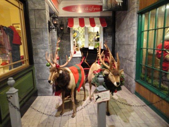 Byers' Choice Christmas Gallery: Singing Reindeer