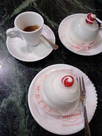 Pasticceria Condorelli: il caffè è stato fatto in un altro bancone, nessun servizio al tavolo anche per il caffè