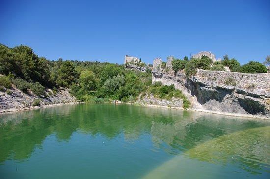 Saint-Saturnin-les-Apt, Frankreich: Le Plan d'eau du barrage à côté du Château