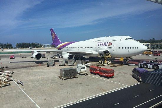 Thai Airways: Thai Boeing 747-400 in HKT