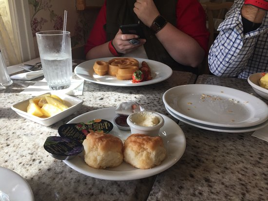 Grand Floridian Cafe: Biscuits brought before the meal