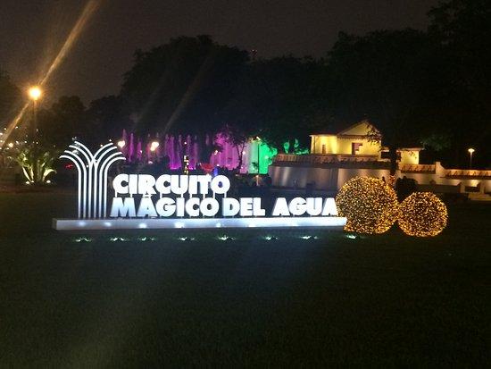 Circuito Magico Del Agua : Foto de circuito mágico del agua lima entrada por la noche al