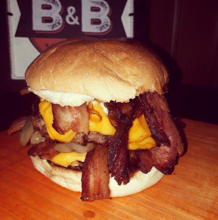 B&B Homemade Burger: Dois! Sim, dois burgers de 160g cada, bacon pra dedéu, cebola caramelizada e um mar de cheddar!