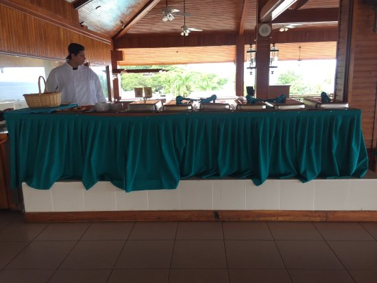 Le Grand Courlan Spa Resort: Sole chef serving breakfast