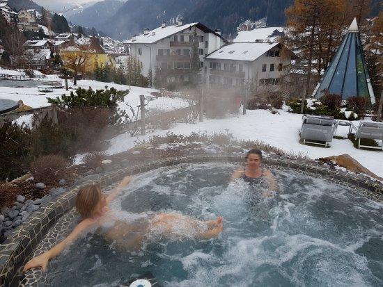 Hotel Adler Dolomiti Spa & Sport Resort: Vasca idromassaggio esterna