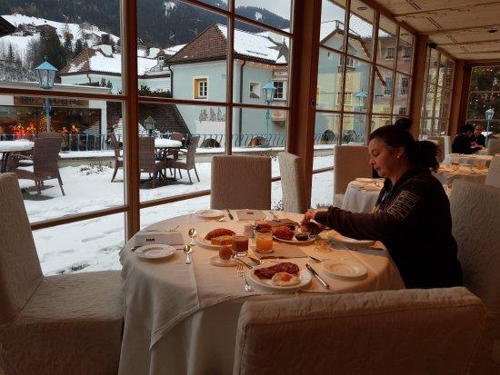 Hotel Adler Dolomiti Spa & Sport Resort: Sala colazione