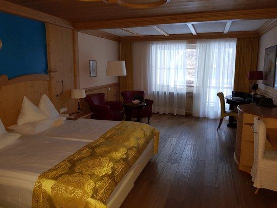 ADLER Spa Resort DOLOMITI: Camera da letto spaziosissima e letto king size