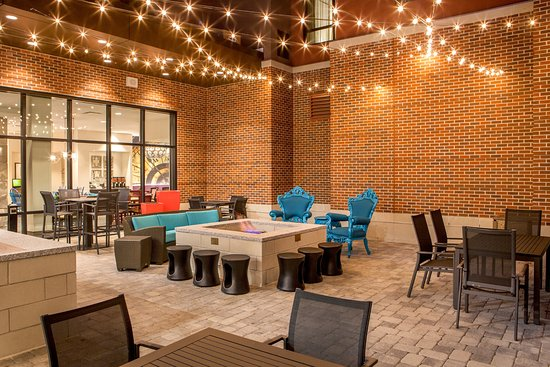 Residence Inn Boston Braintree: Back Patio With Grill and Fire Pit