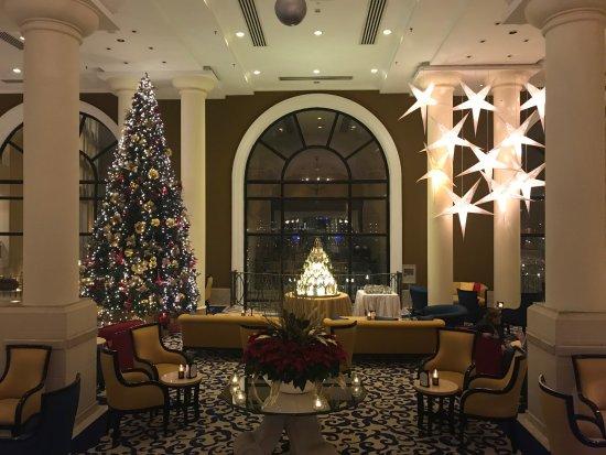 Corinthia Hotel St. George's Bay: Christmas Lobby