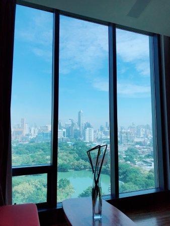 SO/ BANGKOK: 객실에서 보이는 룸피니 파크뷰 입니다.
