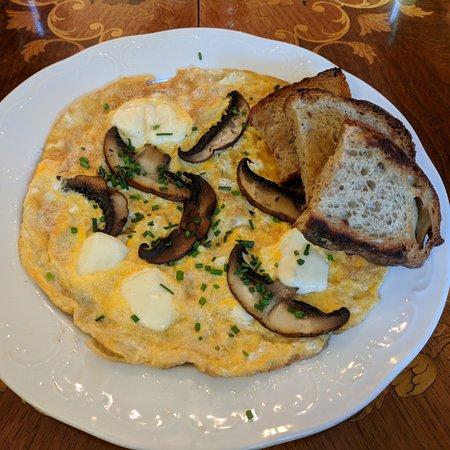 Bella Vida Cafe: Cheese and Mushroom omelet