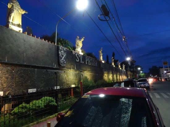 Tuguegarao Cathedral: 教会の西側の道路沿い