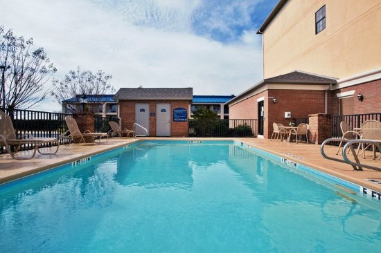 Holiday Inn Express Hotel & Suites Byron: Pool