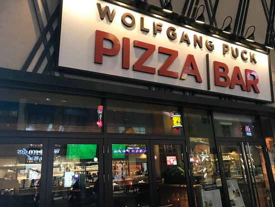 Wolfgang Puck Osaka The Park Front Hotel: お店外観
