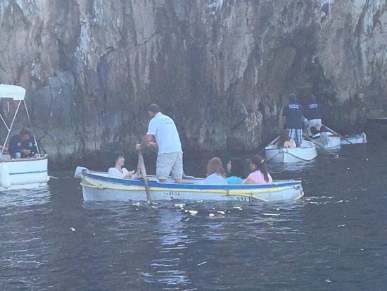 Green Grotta: Pequeñas barcas se alistan para ingresar a la Gruta Verde.