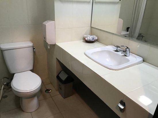 Bahari Inn: Toilet and sink