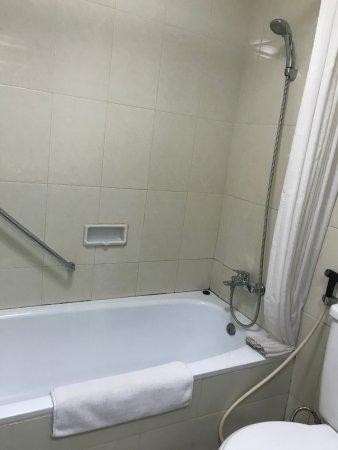 Bahari Inn: Shower and bathtub