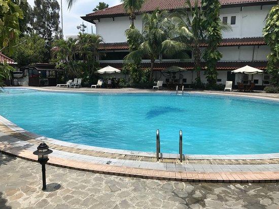 Bahari Inn: Outdoor swimming pool