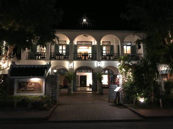 Villa Santi Hotel: la magnifique façade, le basson de baignade aux éléphants de pierre, le tableau des princesses.