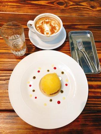 February Drink&Food: 這是一間招牌很不起眼的下午茶咖啡廳,一進店面倍感溫馨,由於今天是假日,甜點剩沒幾樣,不過招牌「檸檬」還有唷~~ 這間咖啡廳,特別的是拿鐵可以自行選拉花,選了很複雜的拉花-獅子🦁️,真的很像,