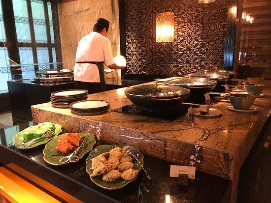 The Ritz-Carlton, Langkawi: Chef making fresh roti