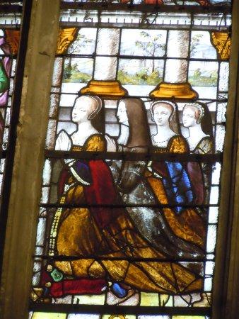 Collegiale Saint Martin: Détail vitrail : Madeleine de Savoie et ses filles