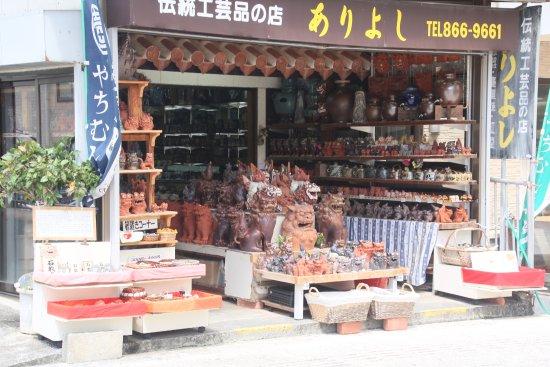 Tsuboya Yamuchin Dori: 工芸品のお店