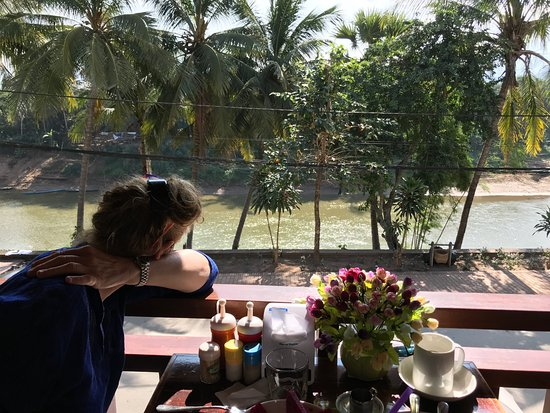 Golden Lotus Namkhan View: petit déj face rivière...