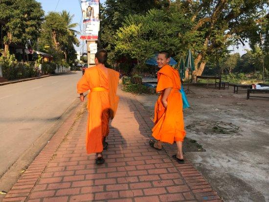 Golden Lotus Namkhan View: suivi de moines devant l'hotel