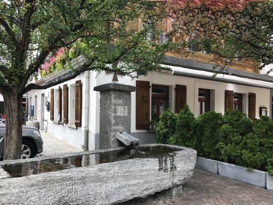 Restaurant Malteserkreuz: mit dem Brunnen vor dem Haus