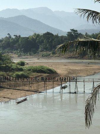 Golden Lotus Namkhan View: vue sur le pont de bambou