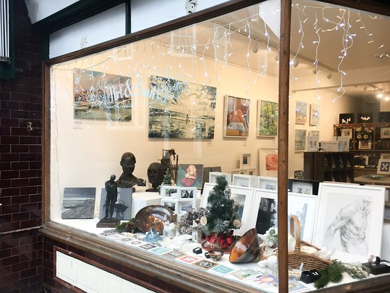Rye, UK: The window featuring local artists Ben Fenton, Richard Neave, Clive Dand and Daimian Barclay-Dea