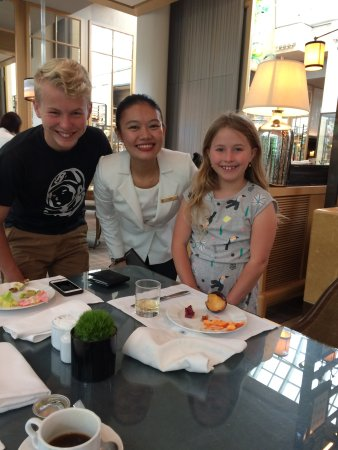 The Ritz-Carlton, Millenia Singapore: Exceptional waitress with my grand-children