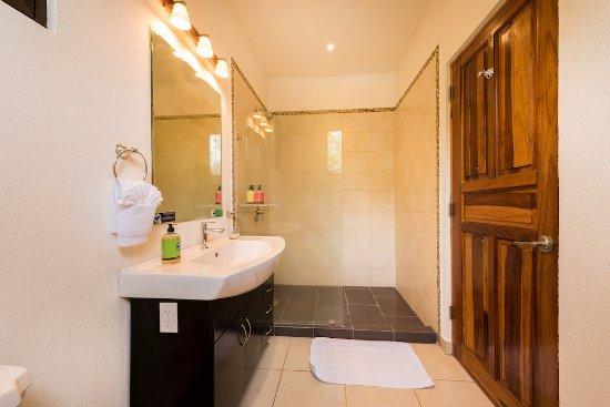 Hotel RipJack Inn: Deluxe Pool Bathroom