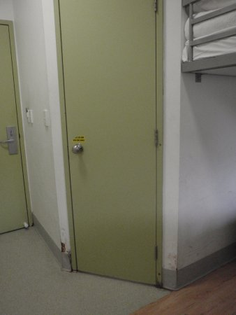 Ibis Budget Perth Airport: Bedroom and bathroom door