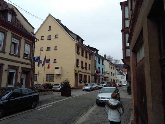 Hotel Du Parc: photo de l'hotel prise de la rue, côté parking