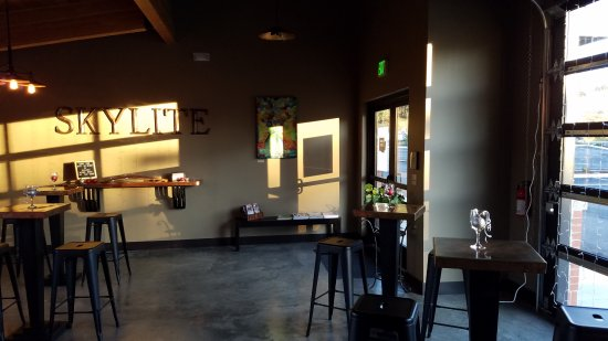 Woodinville, WA: Interior, facing from bar toward entrance.