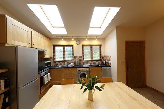 Llanbrynmair, UK: Kitchen with fridge/freezer, washing machine, oven and microwave
