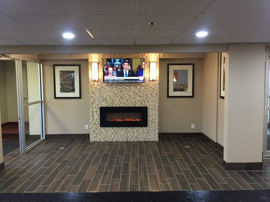 Comfort Inn Racine - Mount Pleasant: Renovated lobby looks very welcoming and trendy!